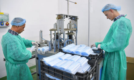 A koronavírus veszélye miatt a hatóságok a debreceni rabokkal már szájmaszkot gyártatnak