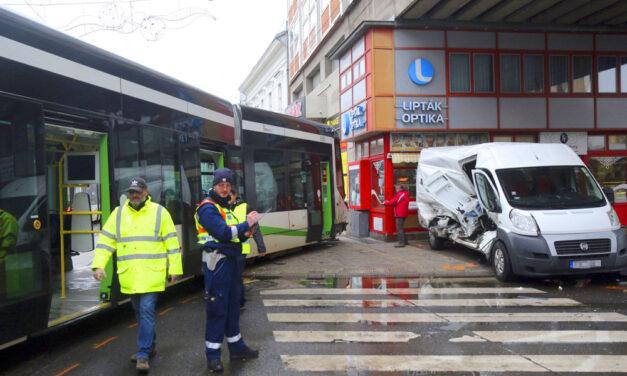 Kisiklott egy villamos Miskolcon, nekiment egy teherautó