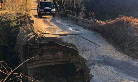 Leszakadt egy híd Piliscsabán, mentőkutyával vizsgálták át a romokat