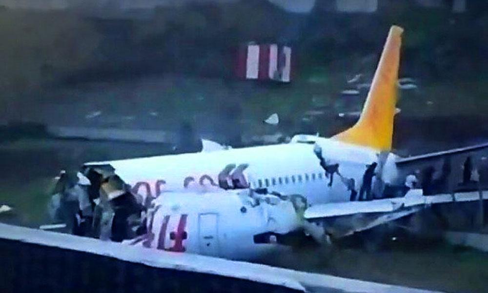 Kettétört egy utasszállító repülőgép a kifutópályán