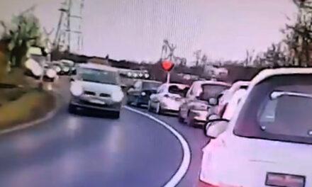 Az idióta autós éppen csak átért az érkező vonat előtt