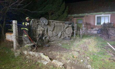 Rendőrök elől menekült az autós – egy családi ház udvarán borult fel