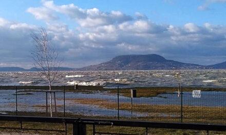 Vihar – Megbillent a Balaton víztükre, ilyent is ritkán látni
