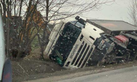 Szélvihar: úton-útfélen kamionok az árokban