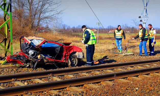 Kettészakadt egy autó, amikor vonattal ütközött Kecskemétnél