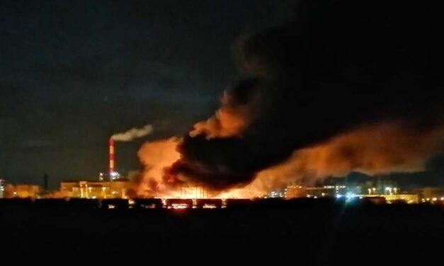 Tűz ütött ki a Mol tiszaújvárosi üzeme mellett: nagy erőkkel oltják a lángokat