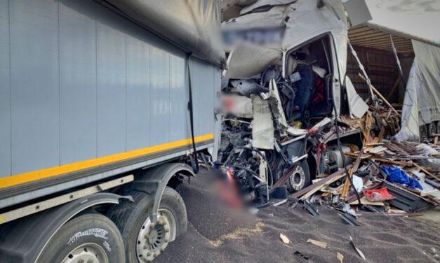 Halálos baleset az M1-esen, lezárták az autópályát