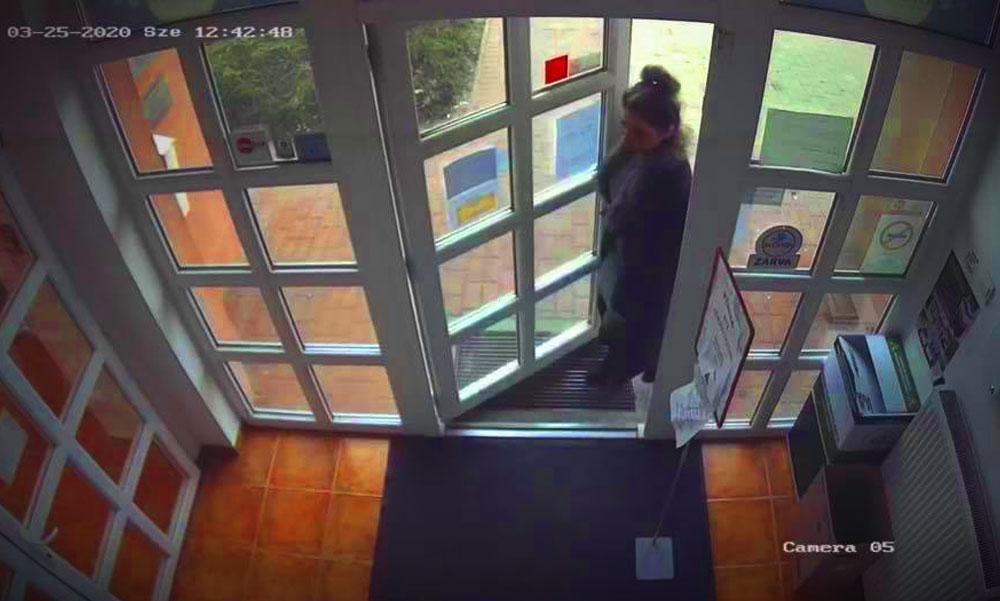 A jól öltözött nő beszaladt és ellopta a kézfertőtlenítőt az érdi patikából