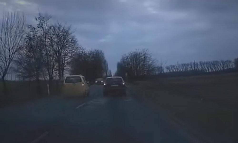 Az idióta autós előzni kezdett és az sem számított, hogy szembe jönnek vele