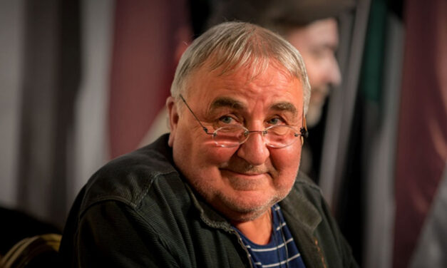 Mikó István dallal buzdít az otthonmaradásra
