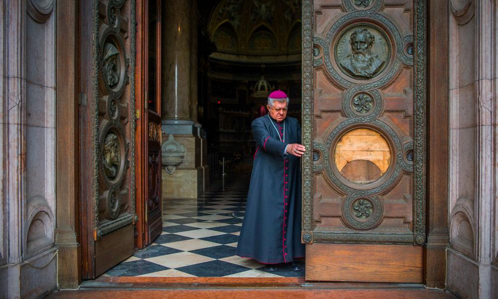 Szüneteltetik a nyilvános misézést a magyar templomokban
