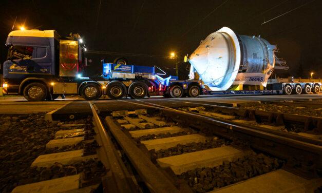Óvatosan az autópályán! Egy óriásjármű araszol végig a fél országon