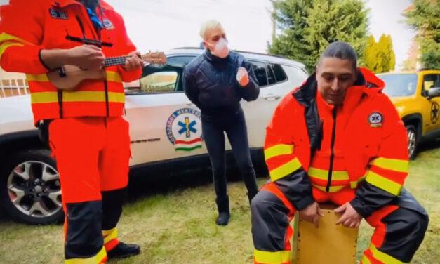 Tóth Gabi mentősökkel énekel Tankcsapdát a házi kananténban lévőknek