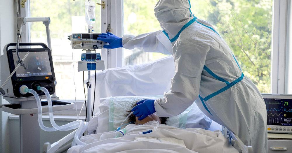Újabb 96 áldozatot követelt itthon a covid, eközben megérkezett hazánkba az AstraZeneca vakcina