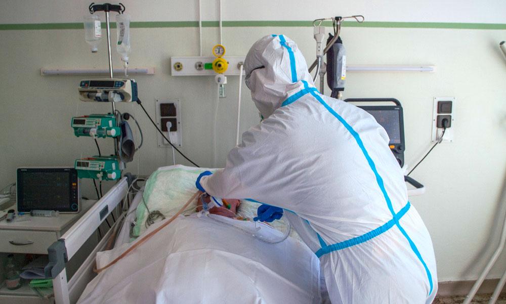 Elhunyt egy 43 éves koronavírussal fertőzött férfi – 20-an vannak lélegeztetőgépen