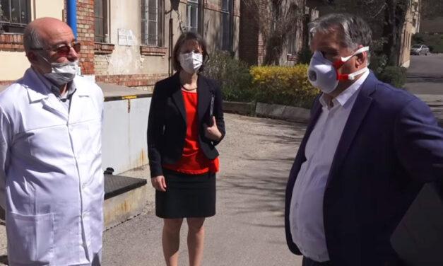 """""""Oda már inkább ne menjünk be"""" – mondták Orbán Viktornak a Korányiban a fertőzöttek folyósójánál"""
