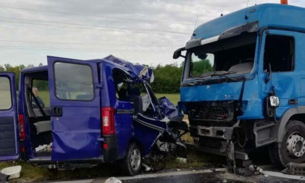 Kamiont előzött a kisbusz, amikor összeütközött a szemből jövő teherautóval – újabb részletek a balatoni balesetről