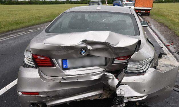 Alig fél óráig örülhetett az új BMW-nek a sofőr, amikor hátulról belement egy áruszállító teherautó