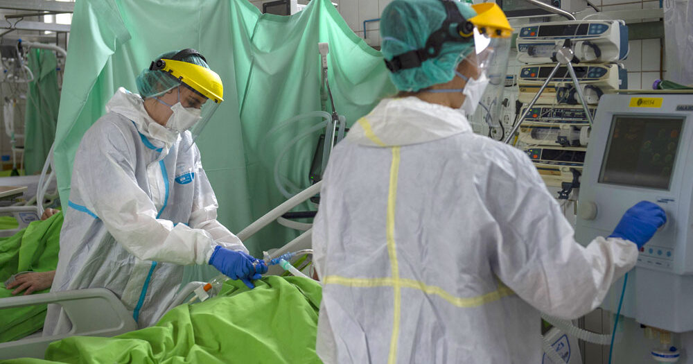Itt vannak az elmúlt nap adatai, elhunyt 85 beteg – a Parlamentben veszélyhelyzet meghosszabbításáról tárgyalnak