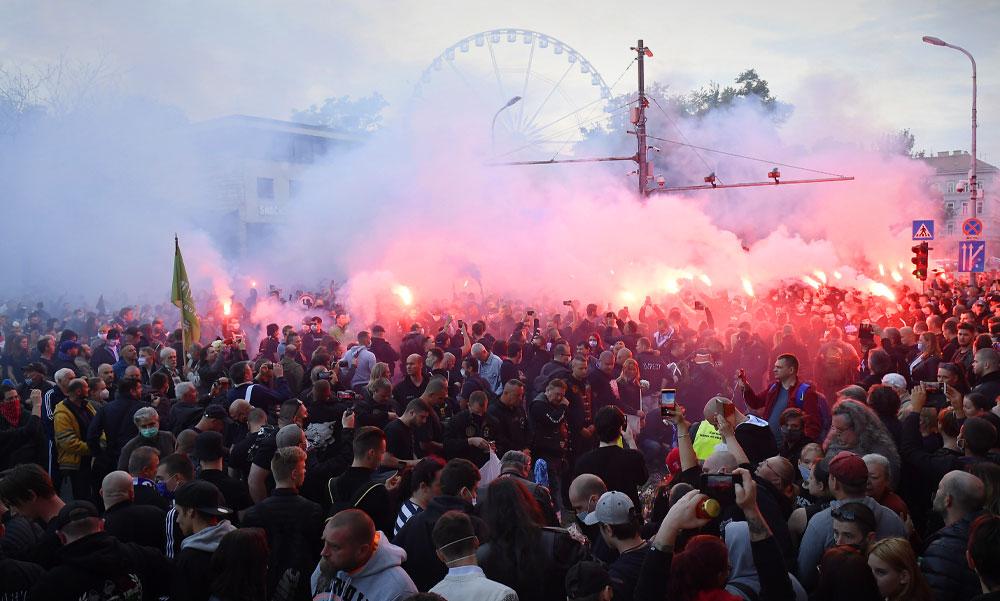 Hatalmas tüntetés a Deák téri gyilkosság helyszínén, füstgránátok égnek a betiltott eseményen