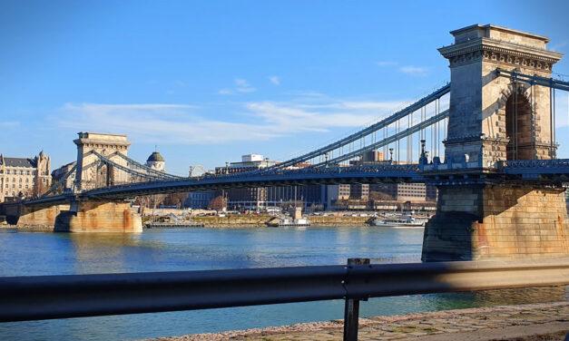 A Dunából mentettek ki egy 17 éves lányt Budapesten, beugrott érte a folyóba egy rendőr