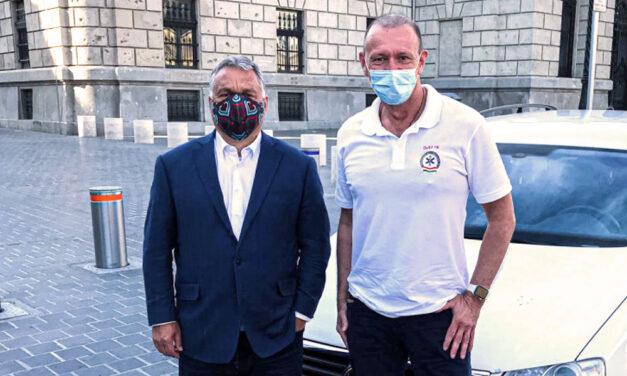 A mentős Győrfi Pál maszkban pózolt Orbán Viktorral a Várban