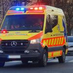 Pofátlanságból jeles: Videón, ahogy szirénázó mentőre tapadva száguld egy BMW-s Budapest utcáin