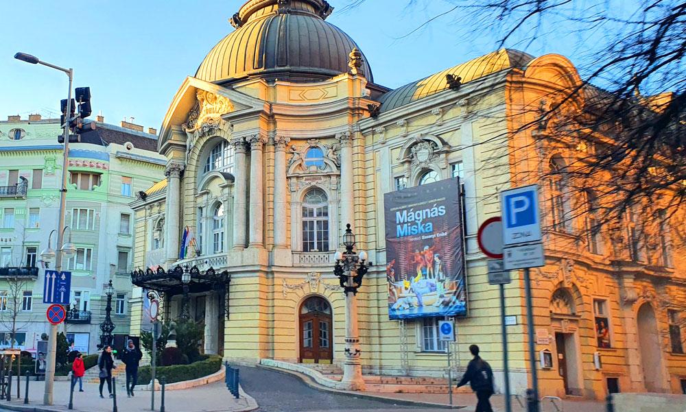 Koronavírusos lett az egyik színész a Vígszínházban, minden előadást lemondtak