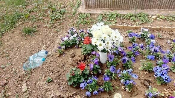 Megrongálták Wichmann Tamás sírját, még a keresztet is ellopták