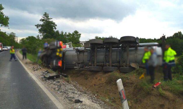 Folyékony bitument szállító kamionnal ütközött egy személyautó – egy ember meghalt