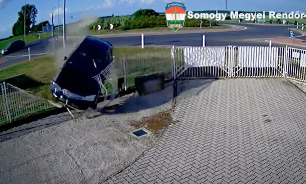 Fékezés nélkül áthajtott a körforgalmon és kerítésbe csapódott a részeg autós