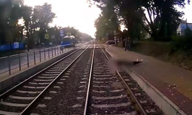 Megrázó felvétel arról, ahogy a villamos alá zuhan egy férfi Budapesten