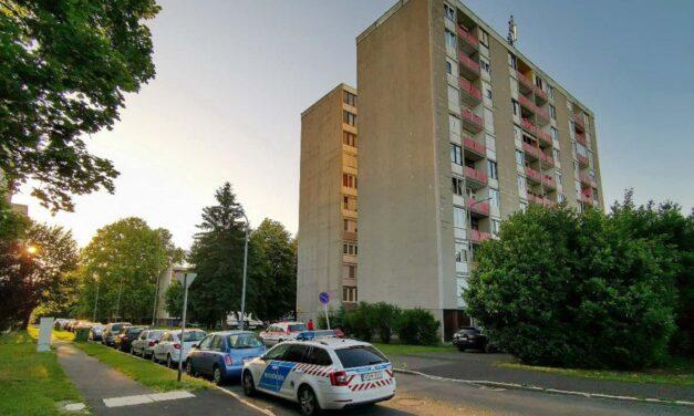 Egy nő holttestét találták meg a lakótelepi ház tövében – folyik a helyszínelés