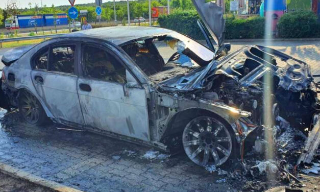 Teljesen kiégett egy 7-es BMW az M0-áson, így porlad el egy luxusautó