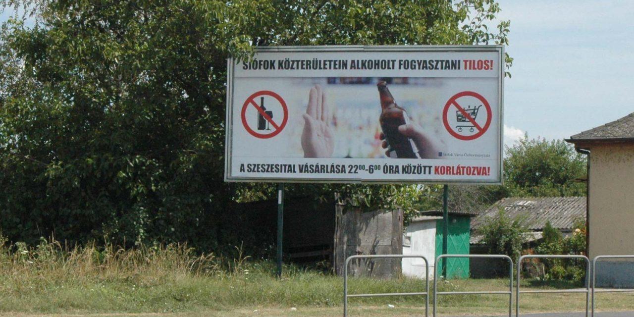 Tilos lesz az italozás Siófok közterületein, erre óriásplakátok figyelmeztetnek