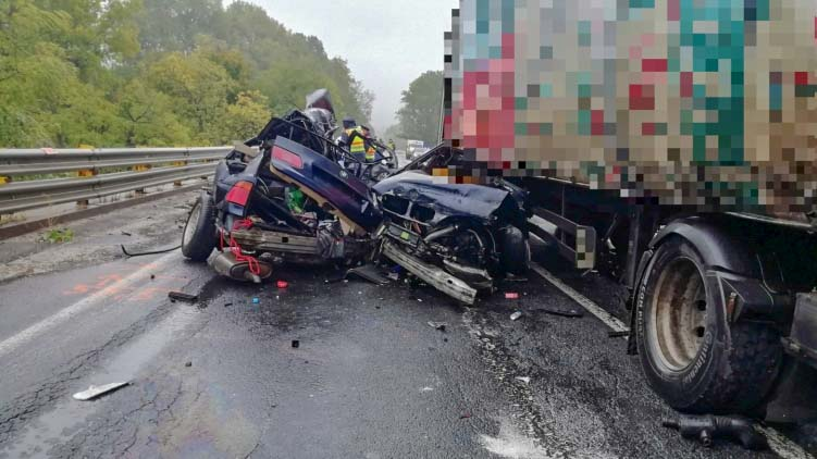 Kettészakadt egy BMW Városlődnél, a sofőr azonnal szörnyethalt