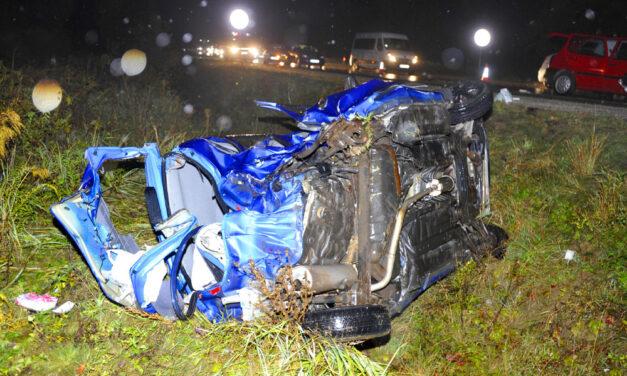 Tragikus baleset az M2-esen, egy 20 éves nő vesztette életét az árokba repült autóban