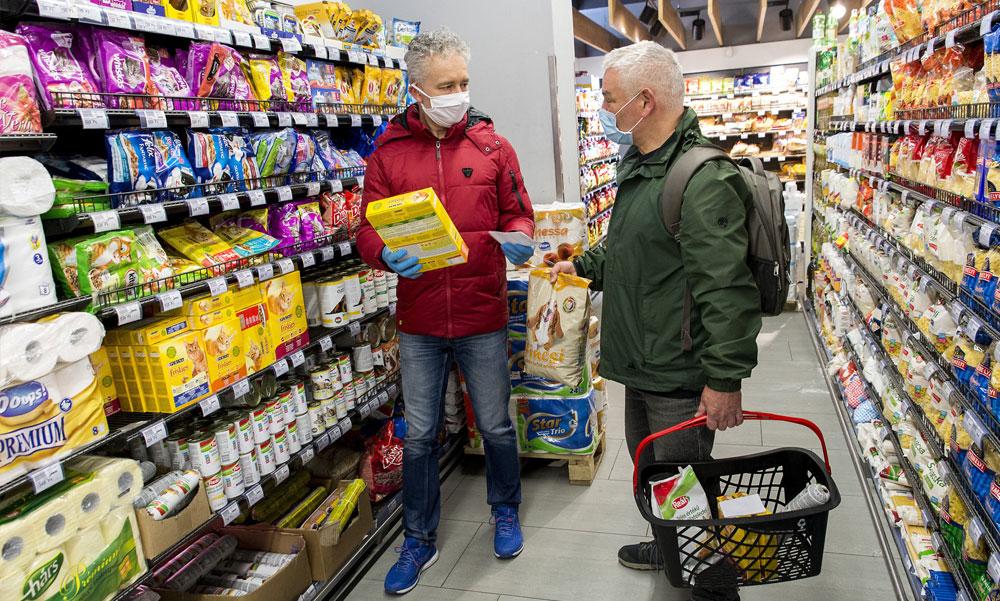 """""""Függesszék fel az idősek vásárlási sávját"""" – össze-vissza járnak a boltokba a 65 év felettiek, délután és este elviselhetetlen a zsúfoltság"""