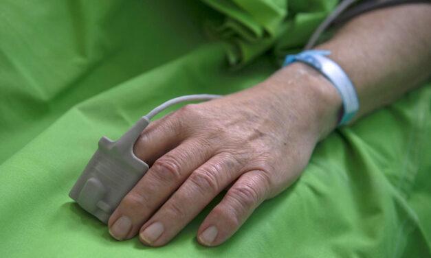 Közel 12 ezer koronavírusos embert ápolnak kórházban, meghalt 242 beteg az elmúlt napon