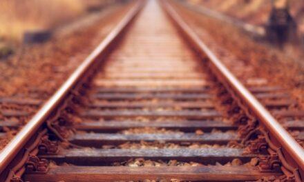 Egy hallássérült lány üzenete mentette meg az idős néni életét, aki lezuhant egy vasúti töltésről