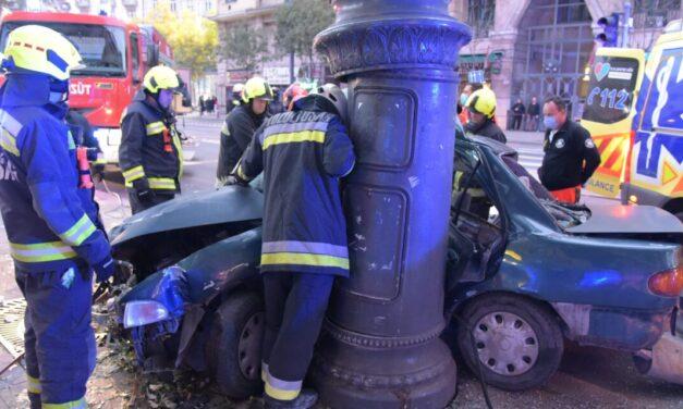 Horrorbaleset Budapesten: kidöntött egy oszlopot és egy parkolásgátló kőtüskét az a 17 éves autós, aki fának csapódott és szörnyethalt vasárnap hajnalban