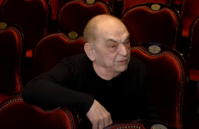 Bodrogi Gyulára a felesége vigyáz, mert repedt bordákkal állt színpadra