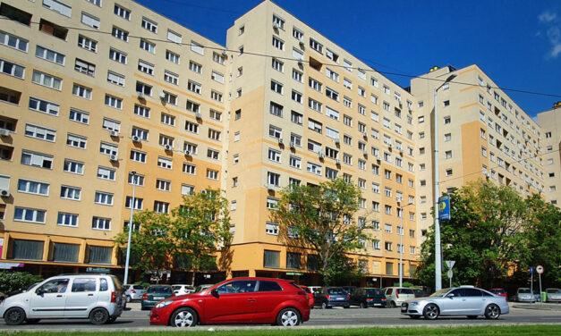 Késsel fenyegetik egy budapesti panel lakóit a lépcsőházba költözött hajléktalanok