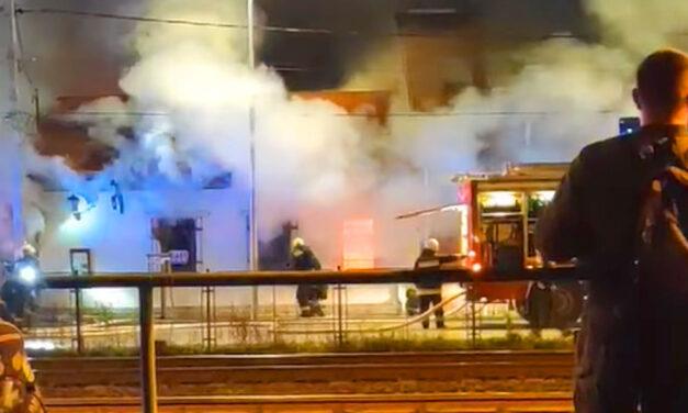 Lángol egy étterem Budapest 3. kerületében – fotó