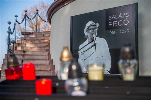 Megemlékeztek a koronavírusban elhunyt Balázs Fecóról, a dalai is felcsendültek