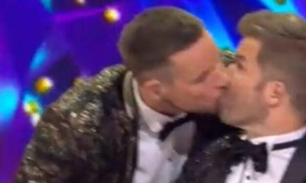 Hát ez mi? Istenes Bence szájon csókolta Sebestyén Balázst az Álarcos énekes fináléjában – videó