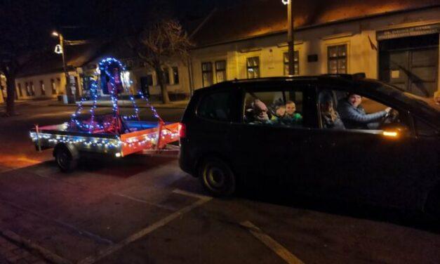 Micsoda ötlet: Így teremtenek karácsonyi hangulatot Solymáron – Zenélő autó járja a település utcáit