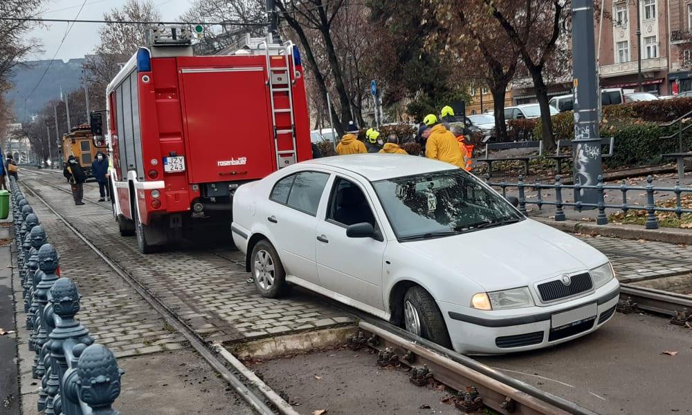 A villamossínre hajtott egy autó Budapesten, nagyon benézte a fiatal sofőr