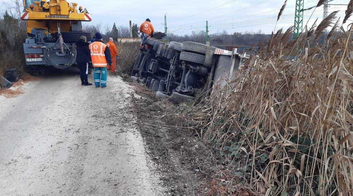 Durva baleset Pest megyében: Lesodródott az útról és az árokban landolt egy kukásautó, még nem tudják, hogy fogják kiemelni onnan – Helyszíni fotók