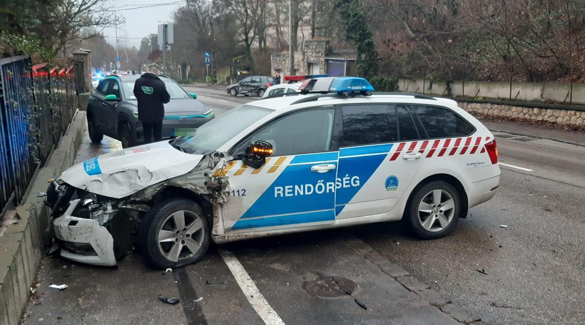 Rendőrautók karamboloztak Budapesten, az egyik rendőr sokkos állapotba került – Kórházba is szállították